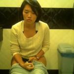 【洋式トイレ盗撮】ブルッと体を震わせながら用足しする女の子