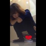 【中華和式トイレ盗撮】肘の上で手を組んで放尿&下痢する女の子