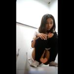 【タイの学校洋式トイレ盗撮】ゲキカワ女の子が和式スタイルで放尿