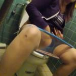 【洋式トイレ盗撮】鮮やかなブルーパンツぽっちゃりめギャルのトイレシーン