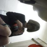 【韓国洋式トイレ盗撮】美人OLが両手でスマホいじりながら用足し&はなほじ