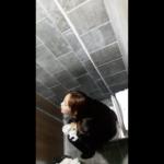 【韓国洋式トイレ盗撮】気持ちよさそうな表情でおしっこする女の子
