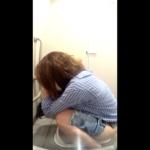 【駅和式トイレ盗撮】ショートデニムパンツお姉さんのおしっこタイム