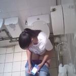 【欧米洋式トイレ盗撮】白Tシャツお姉さんのトイレシーン
