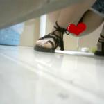 【中華和式トイレ盗撮】黒紐サンダル女の子の放尿シーン