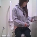 【洋式トイレ盗撮】グレーパーカー女の子のトイレシーン