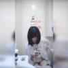 【洋式トイレ盗撮】片手でスマホいじりながら用足しする白シャツの女の子