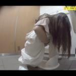 【和式トイレ盗撮】ホワイトワイドパンツ女の子のおしっこシーン